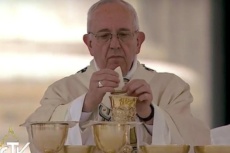 Papa-eucarestia-nella-domenica-della-Misericordia-740x493
