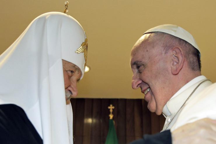 Télam La Habana- Cuba, El papa Francisco y el jefe de la Iglesia ortodoxa rusa , el patriarca Kirill , se saludan durante una reunión histórica.Foto: AFP / MAX ROSSI / POOL
