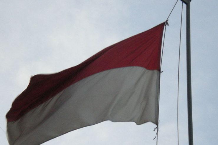 800px-Indonesian_Flag-740x493
