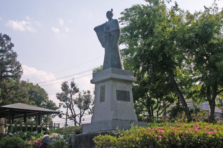 statue_of_takayama_ukon_in_shiroato_park-740x493