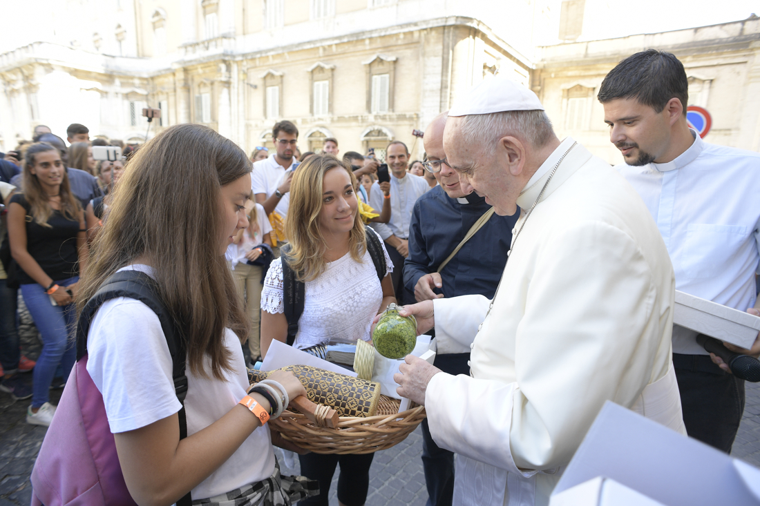 "Young people from Chiavari offer ""pesto"" to Pope Francis 05/09/2017 © L'Osservatore Romano"