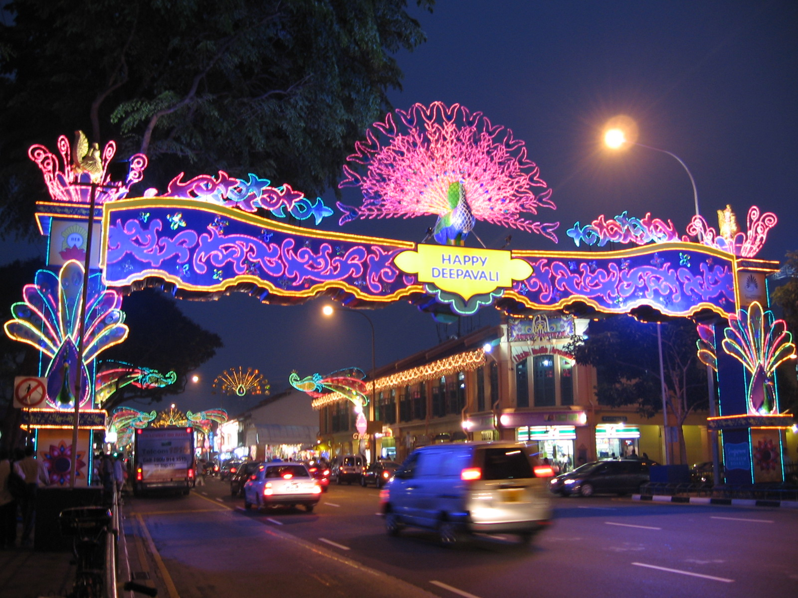 Foto wikimedia commons per Deepawali in Little India, Singapore